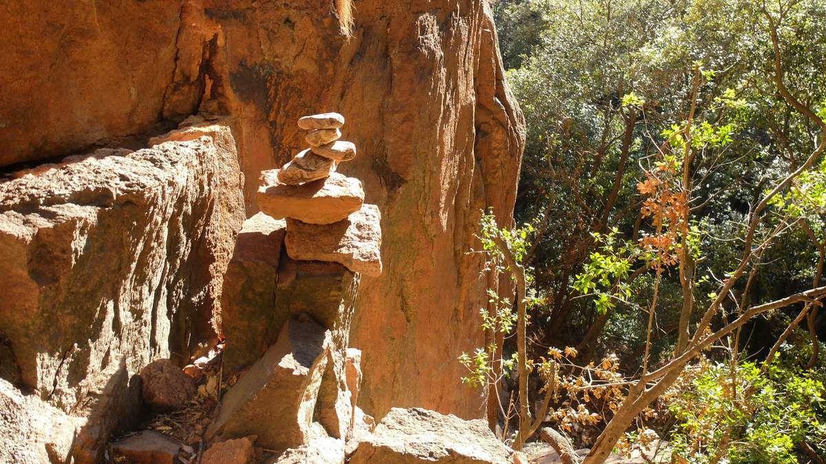 Des hommes sont à l'origine de ce site mais aussi du paysage qui nous entoure où sont cultivés depuis des centaines d'années les chênes-liège.