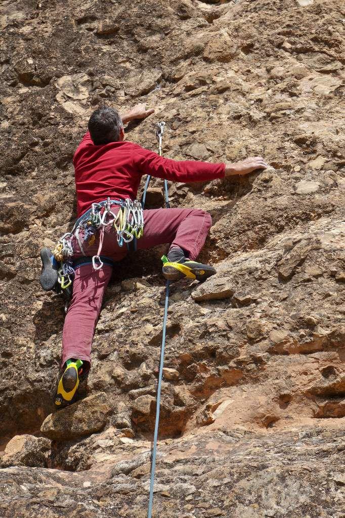 Christian à l'attaque en 6a+. La voie ouverte du bas par un grimpeur solitaire est bien équipée.