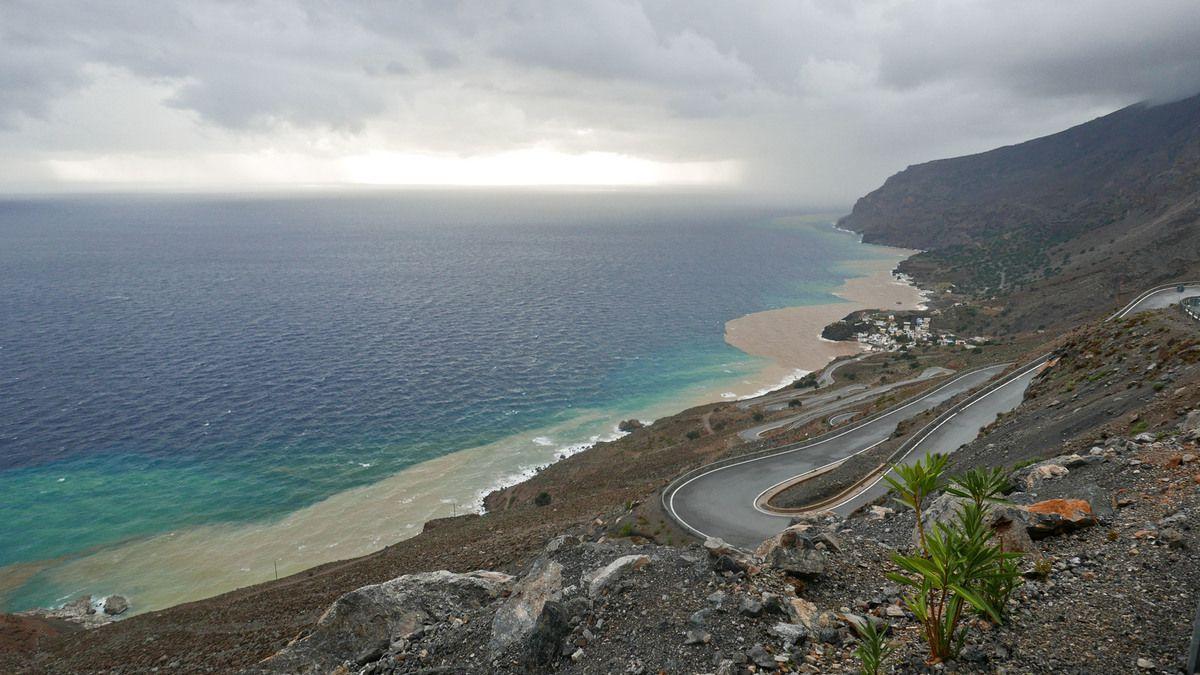 Routes et paysages crétois après un orage qui entraîne de la boue jusqu'en mer.