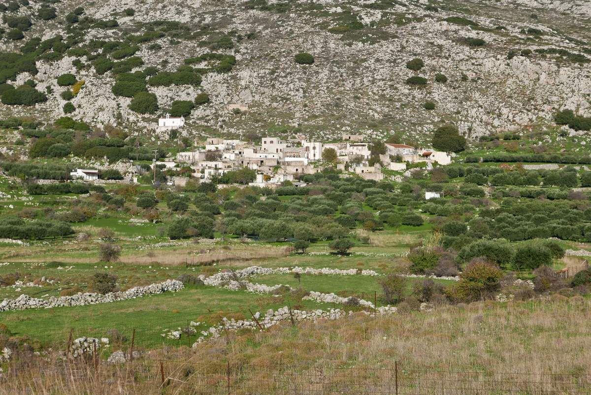Ambiances crétoises: villages, squelettes de constructions inachévées, autels en bord de route, maison traditionnelle, végétation...