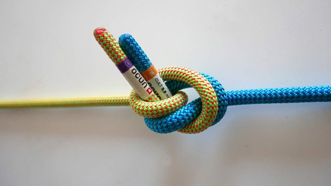 Une forte traction sur la corde bleu et la corde jaune va faire rouler le nœud sur lui-même jusqu'à que les bouts sortent du nœud !!! Ce nœud n'est pas adapté à la situation, utilisez le nœud de sangle qui est le même nœud construit dans l'autre sens et qui ne roulera pas .