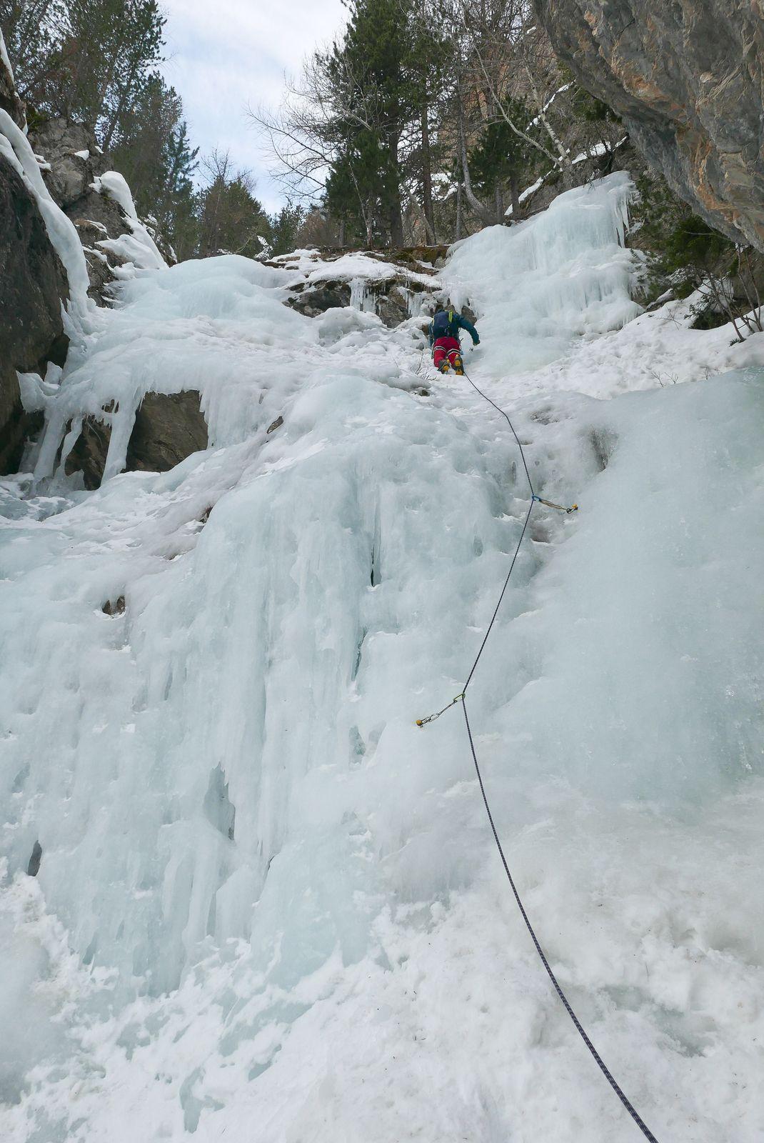 Félix en premier de cordée sur sa seconde cascade. l'Y de Droite.