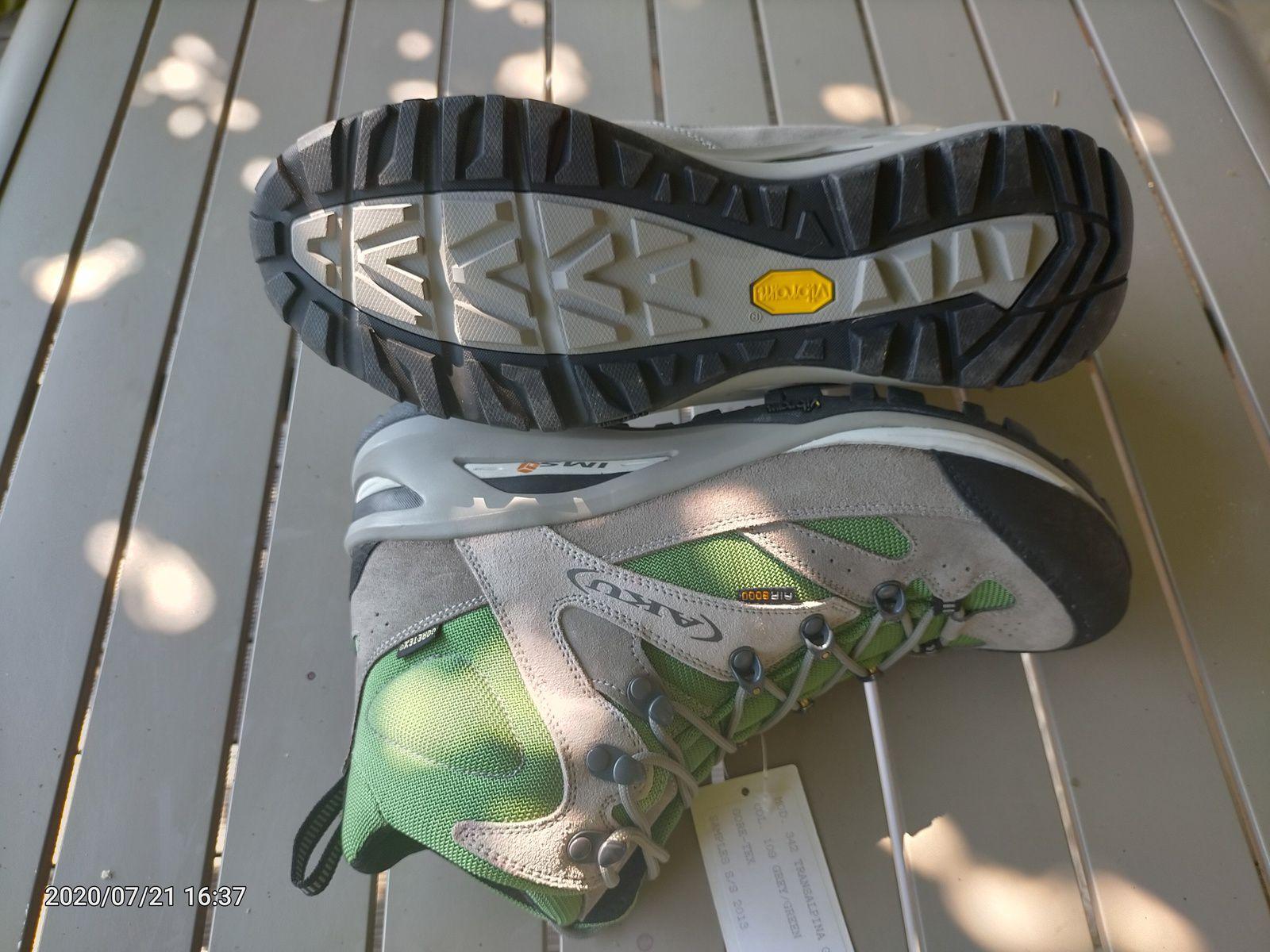 Chaussure de marche neuves, pointure 8 UK, (42) doublure Goretex , semelle Vibram, bon amortie, neuves. 90€