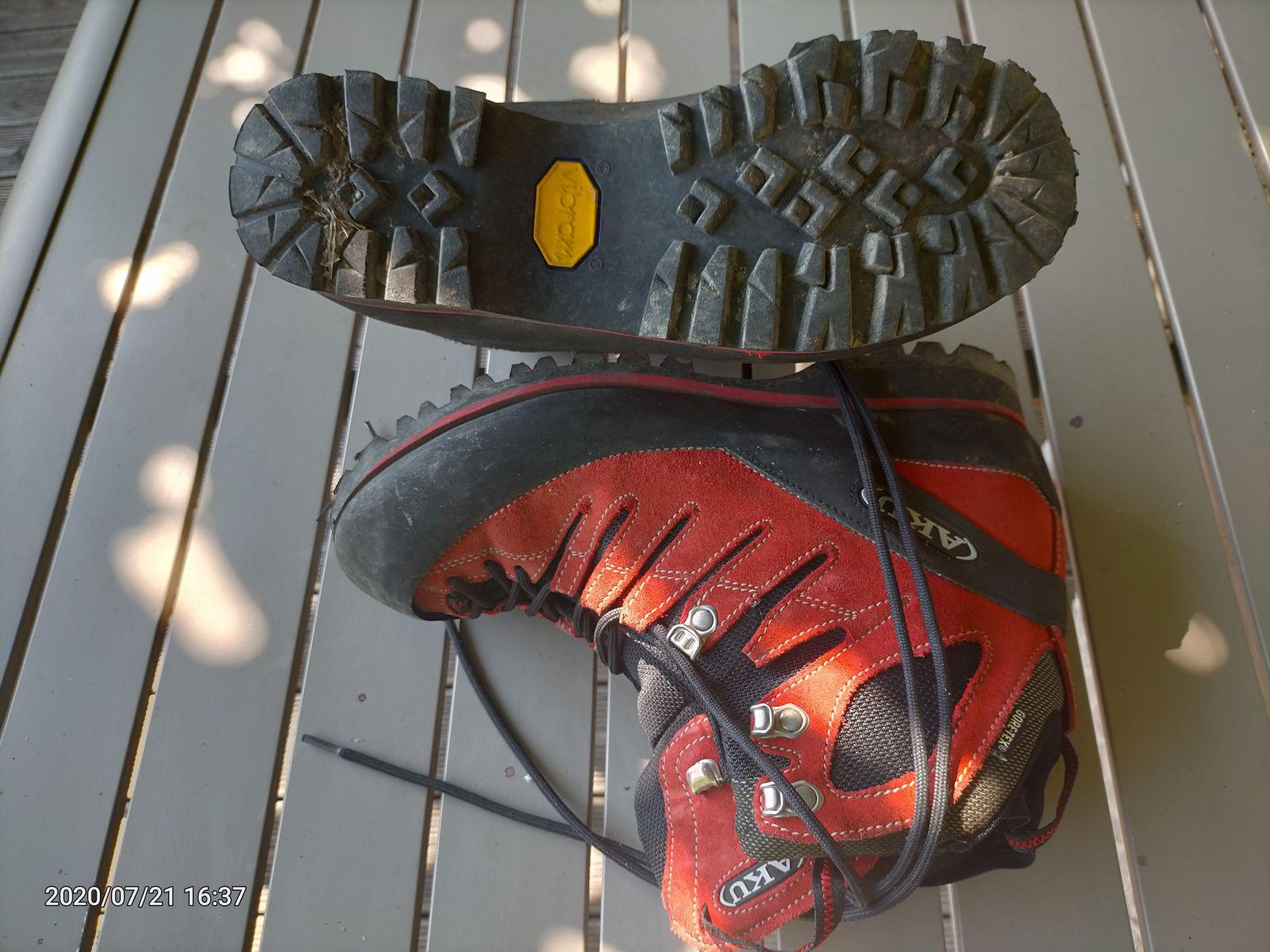 1 paires de Chaussures de randonnée technique , semelle Vibram et doublure Goretex. Paire utilisée 2/3 fois 7 Uk , 41. Prix: 80€