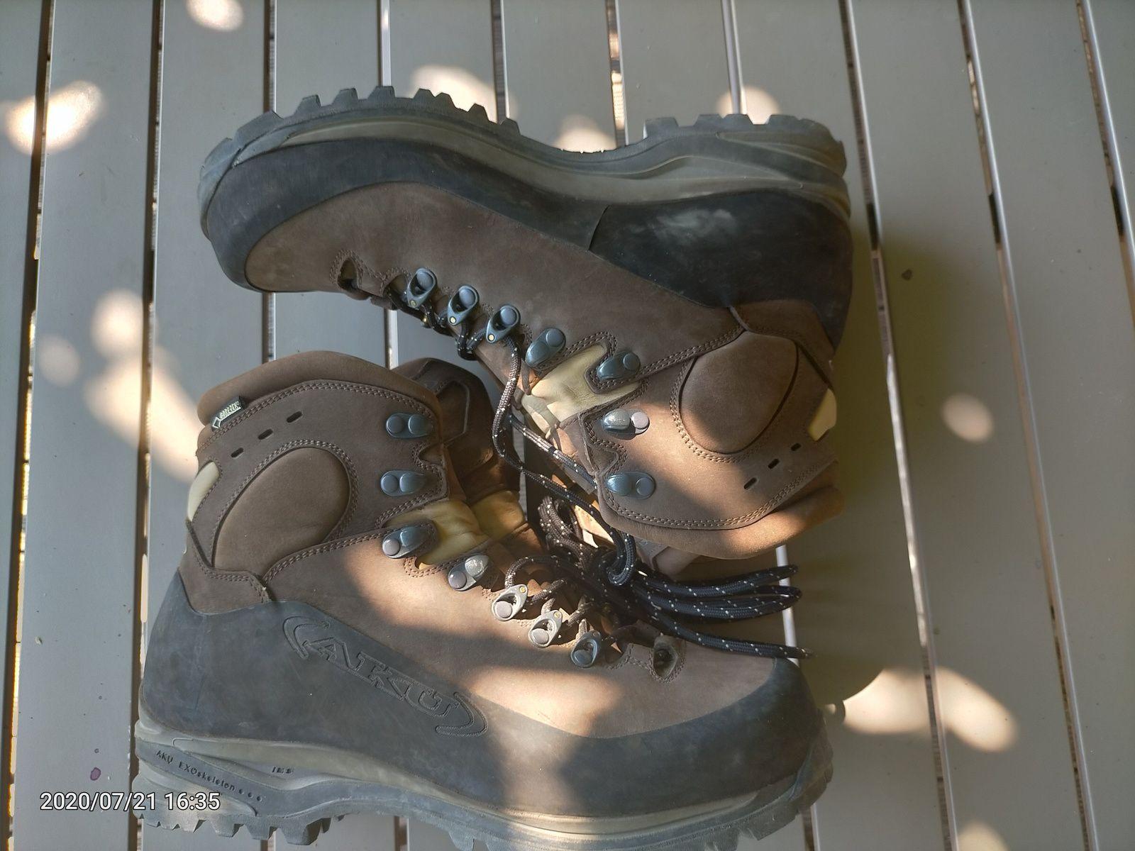 Chaussure de marche utilisées une sortie, taille  9 UK ( 43) , pied moyen, cuir pleine fleur, doublure Goretex, semelle Vibram, excellent amortie. Prix 100€