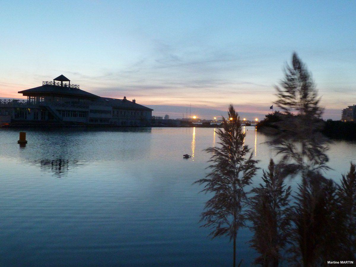 Coucher de soleil un soir de pleine lune au château d'Olonne