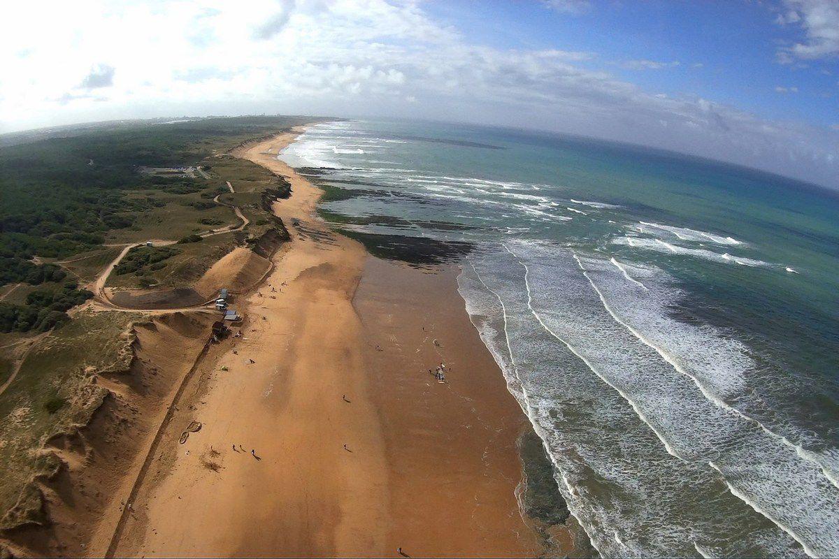 Photo aérienne surf sur la plage de sauveterre à Olonne