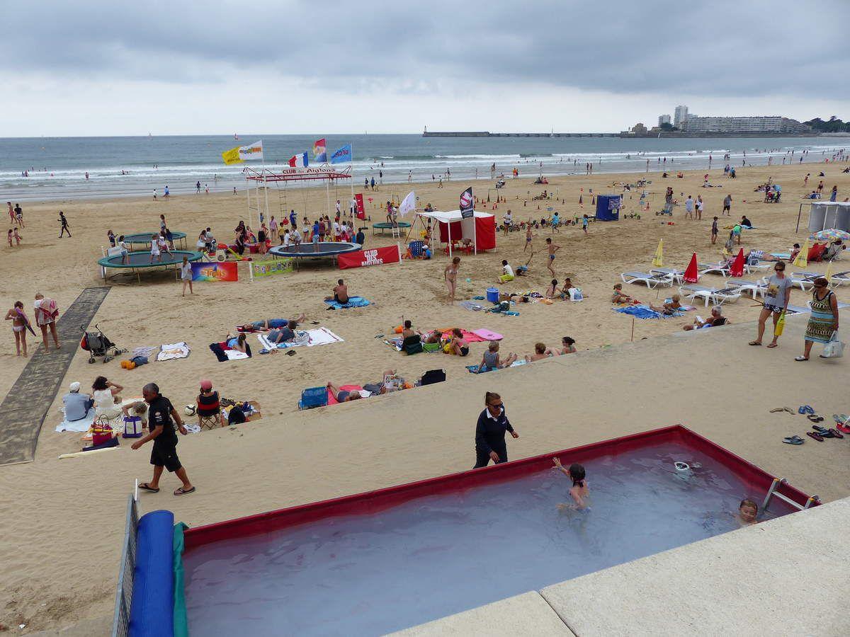 Clubs de plage pour enfants sur la plage des Sables et du château d'Olonne