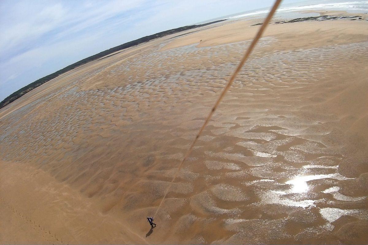 Le marcheur au cerf volant sur la plage du Veillon à Talmont