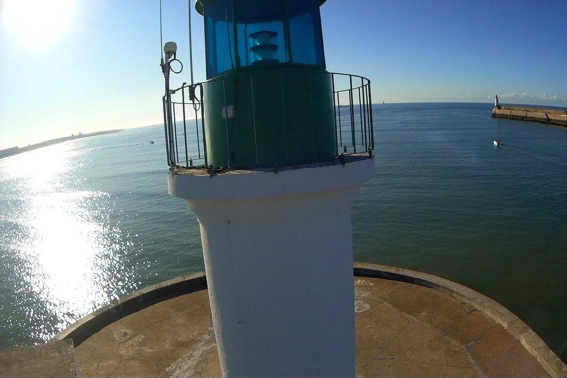 Le phare vert et sa jetée vues de haut