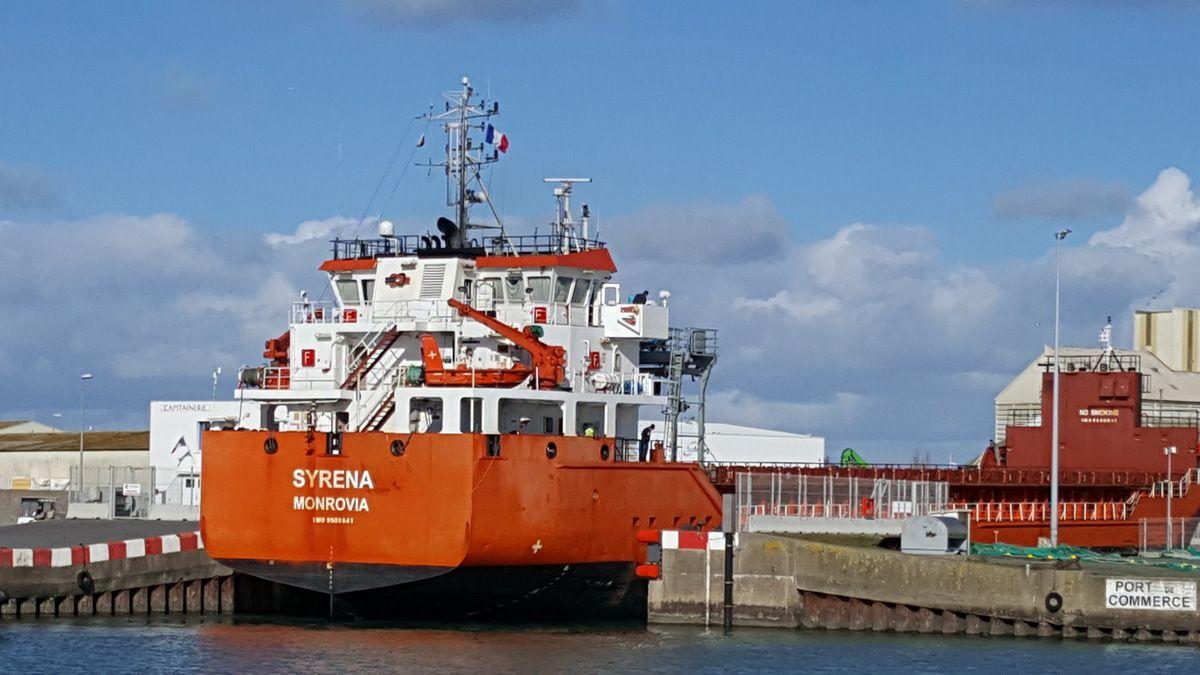 Entrée du cargo Syrena dans le port des Sables d'Olonne