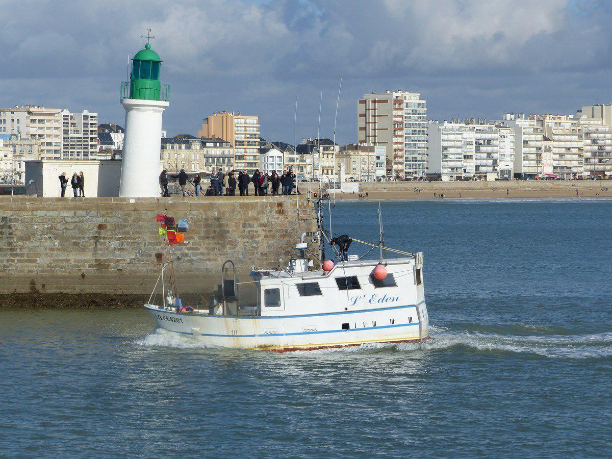 Le fileyeur l'Eden rentrant dans le port des Sables d'Olonne