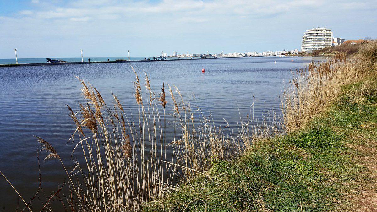 Le lac du Tanchet avec l'océan Atlantique derrière la route qui passe entre les deux