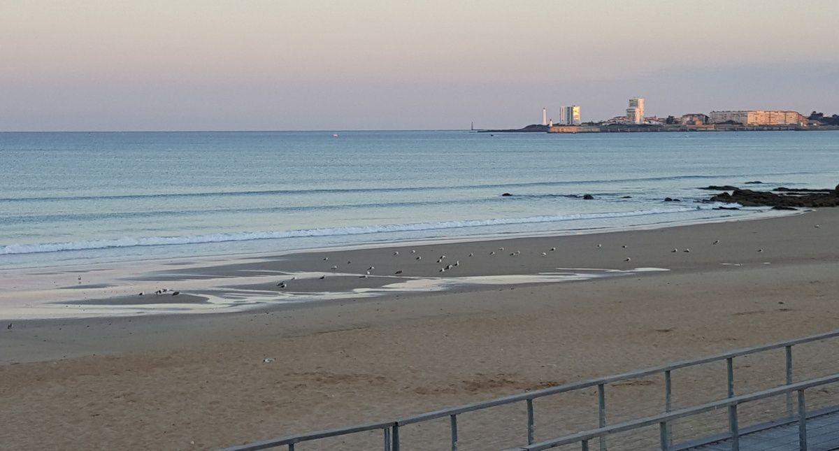 La plage du Tanchet et la baie des Sables d'Olonne au lever du soleil