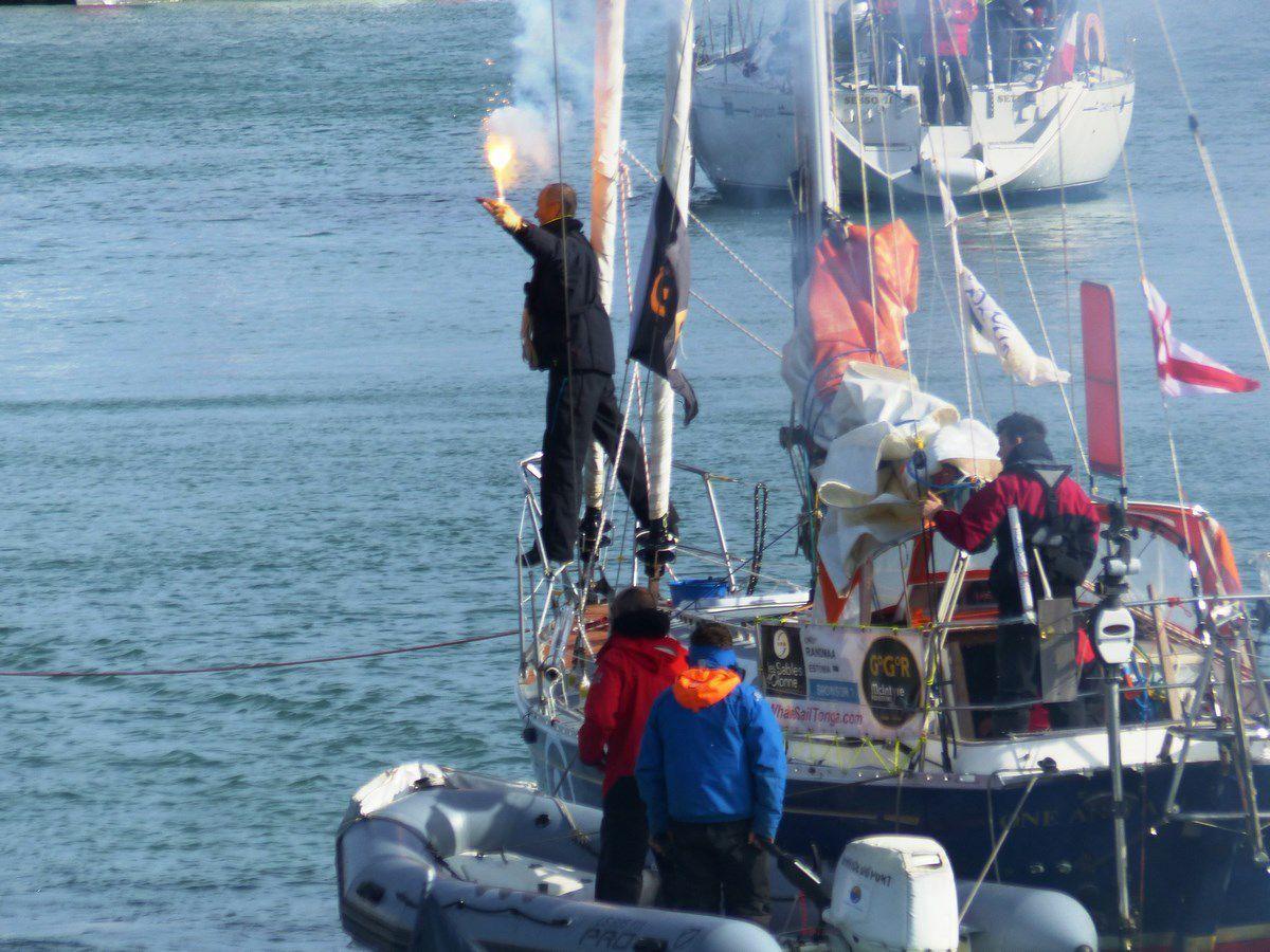 Quelques photos de Uku Ramdaa et son bateau dans le chenal