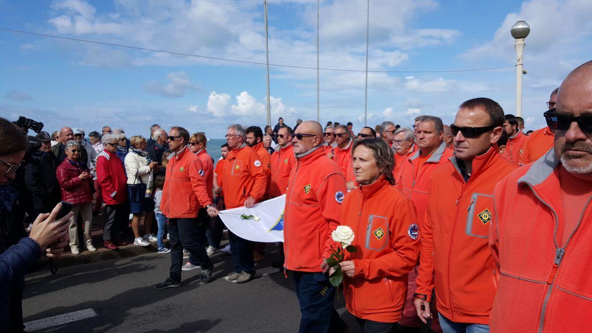 Les bénévoles de la SNSM en tête du cortège applaudis par la foule