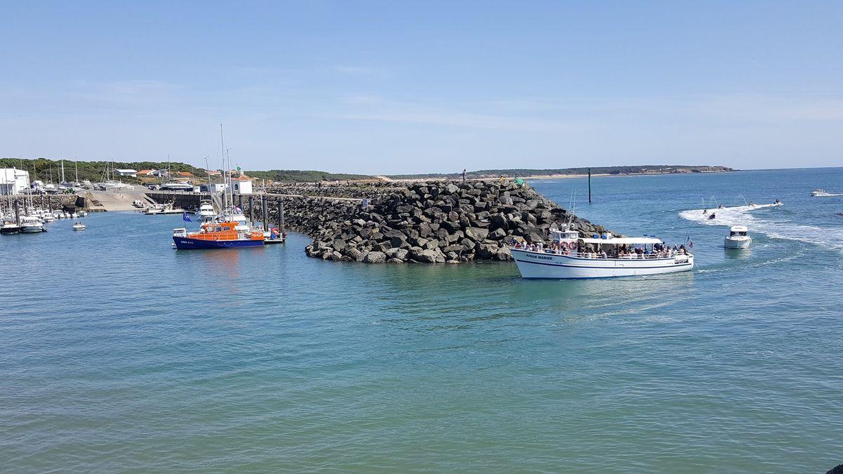 Retour du bateau de promenade en mer