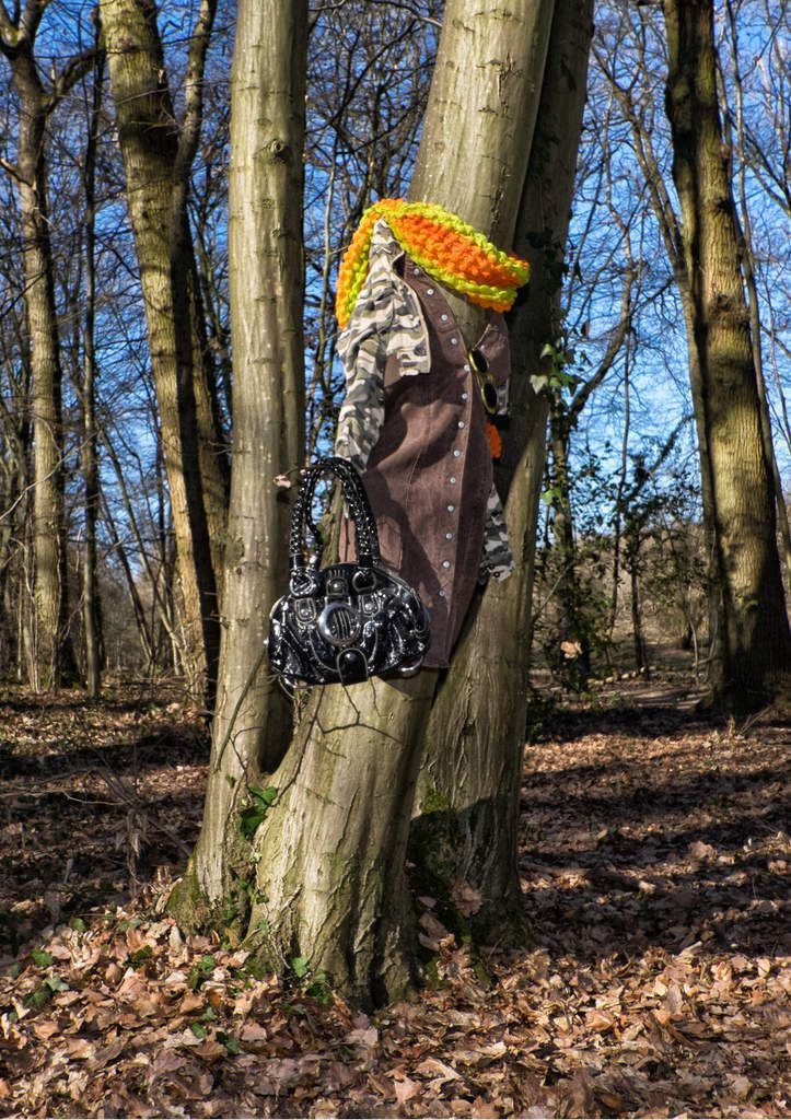 ACUTI L'Artiste qui habille les Arbres / The Artiste who dresses the Trees Arbre habillé