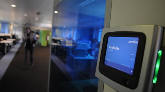 Une des salles de réunion qu'il faut réserver chez Accenture. (Accenture)