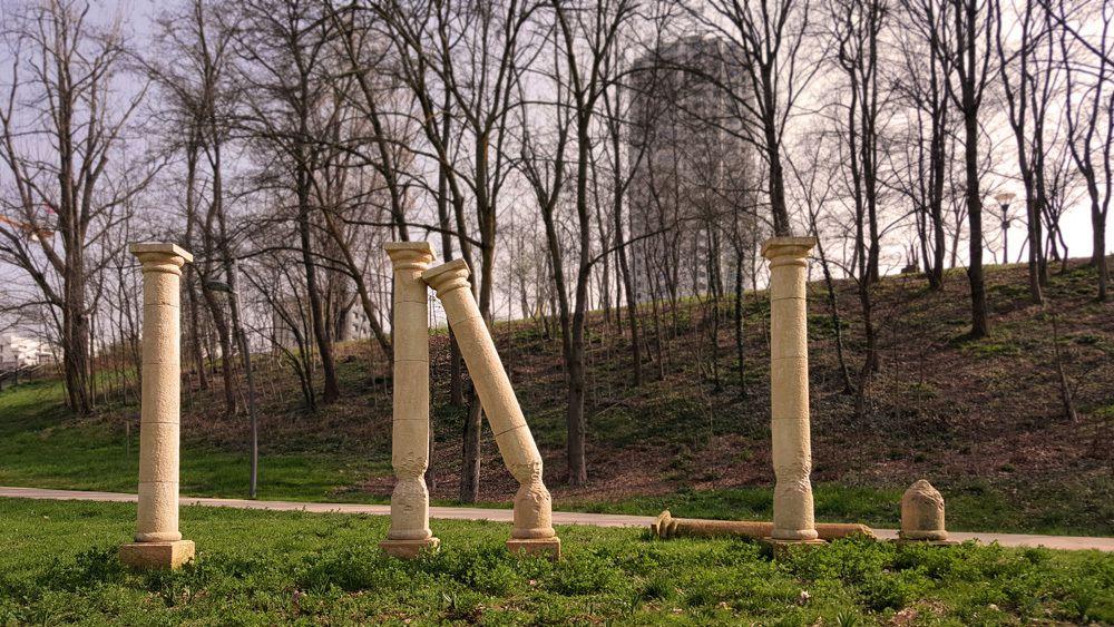Petra Silva / Ici Parc du Vallon à la Duchère, commande publique  / ghyslain bertholon 2015 / pierre de taille, hauteur chaque colonne 3 mètres