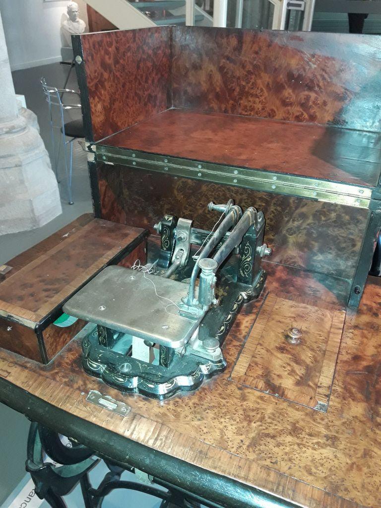 DIVERSES MACHINES A COUDRE.....