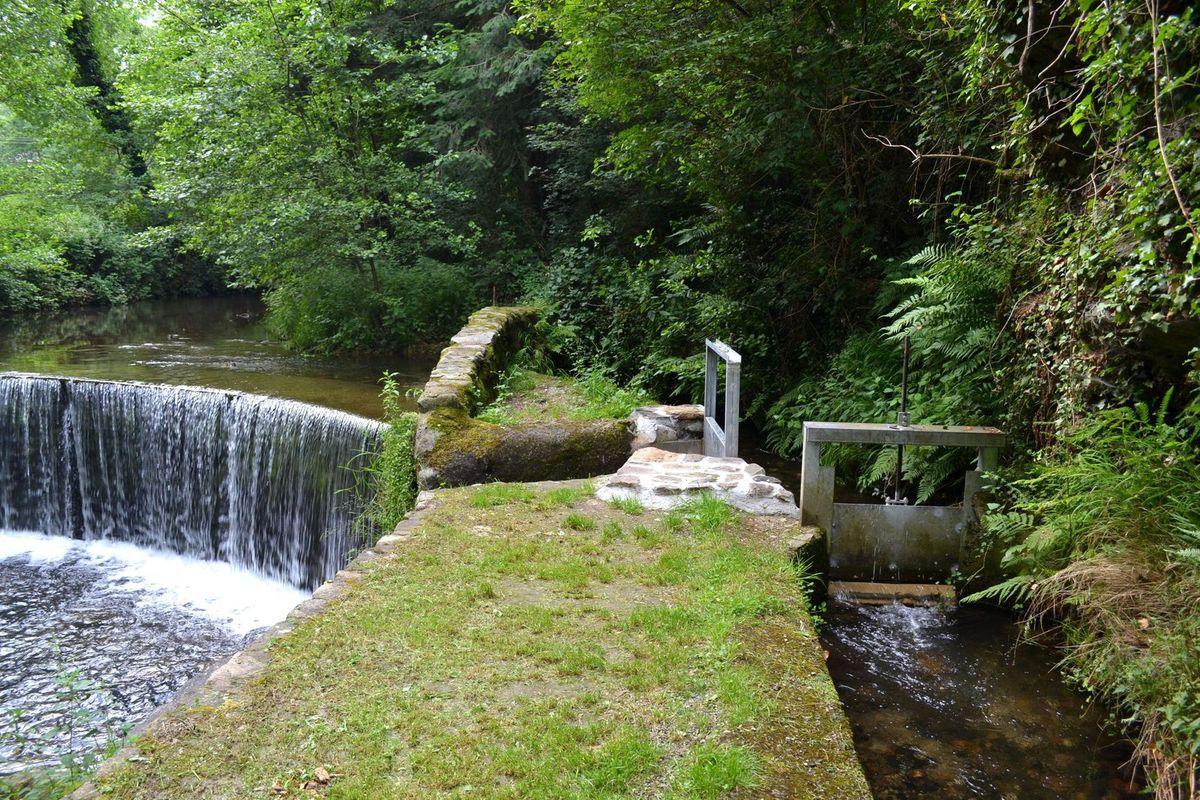 Le long de la rivière du Dorlay et canal qui alimente la roue à augets (se trouvant à l'intérieur de l'usine) grâce à laquelle les métiers à tresser peuvent fonctionner...