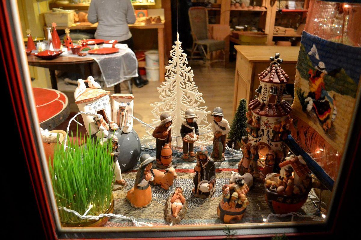 Les jolies crèches de Noël du village d'Oingt dans le Rhône...