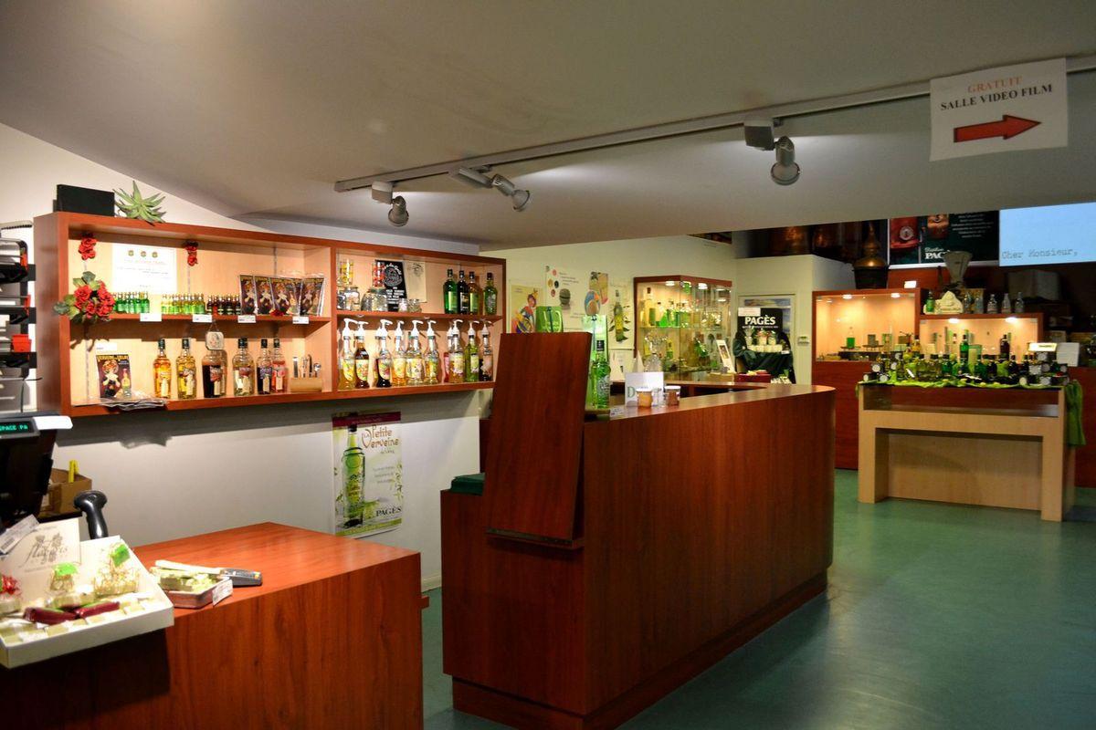 Dans la boutique Pagès, place du Breuil au Puy-en-Velay. On y trouve les liqueurs Pagès, bien sûr, mais aussi des biscuits, bonbons, tisanes et autres produits à la verveine