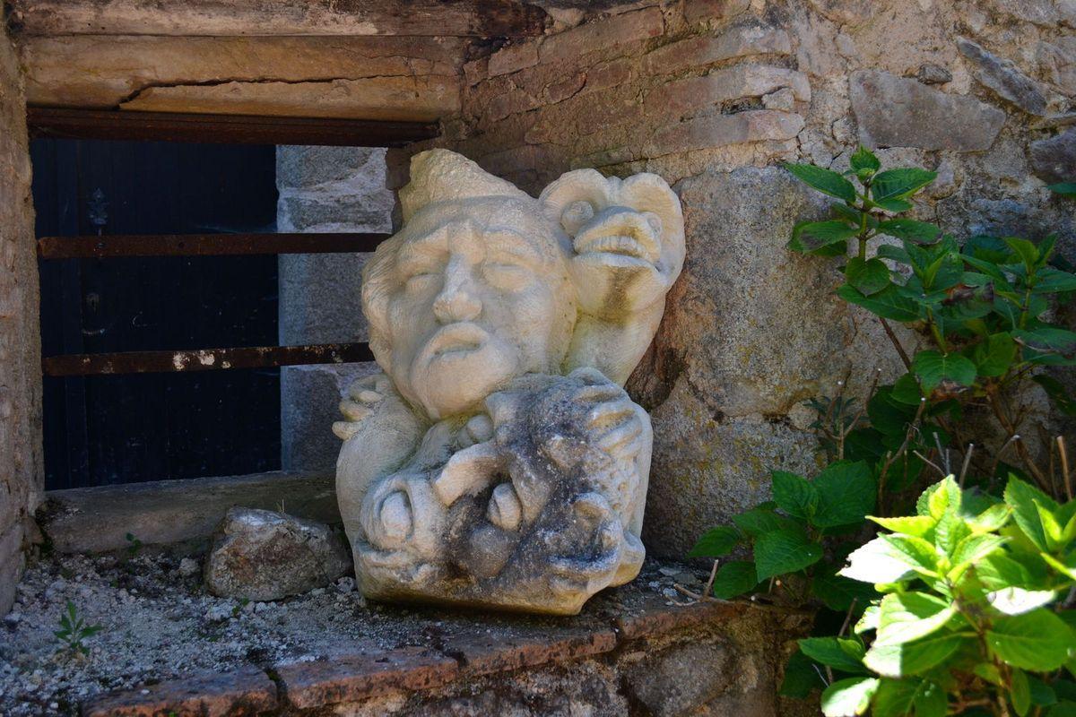 La Maison du Dauphin, avec sa façade de granit et de calcaire jaune, est juste magnifique. Cette demeure Renaissance est appelée ainsi par rapport à Monseigneur Dauphin, prélat du pape Léon XIII qui y naquit. Elle sert aujourd'hui de Chambre d'Hôtes. Puis nous avons vu la vieille église en ruines du village...