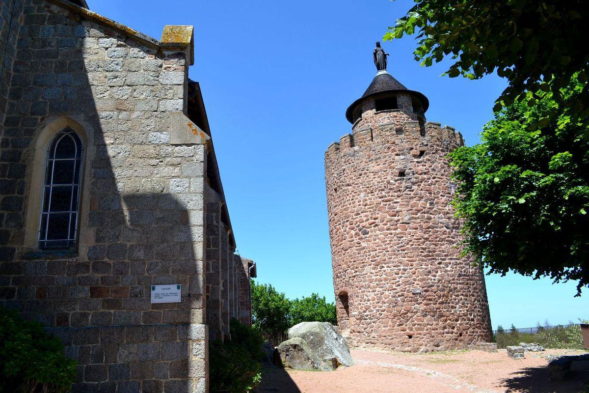 Et enfin, nous nous sommes rendus sur l'esplanade de la nouvelle église construite en 1862 sur l'emplacement d'un ancien château-fort. De l'esplanade, il y a une vue magnifique sur la plaine Roannaise. Et enfin, à côté de cette église se trouve le donjon de l'ancien château-fort, datant du 12ème siècle. Elle mesure 11.80 mètres de haut et ses murs ont une épaisseur de presque 3 mètres à leur base! Maheureusement, il était fermé et on n'a pas pu monter à son sommet, j'étais vraiment déçue!