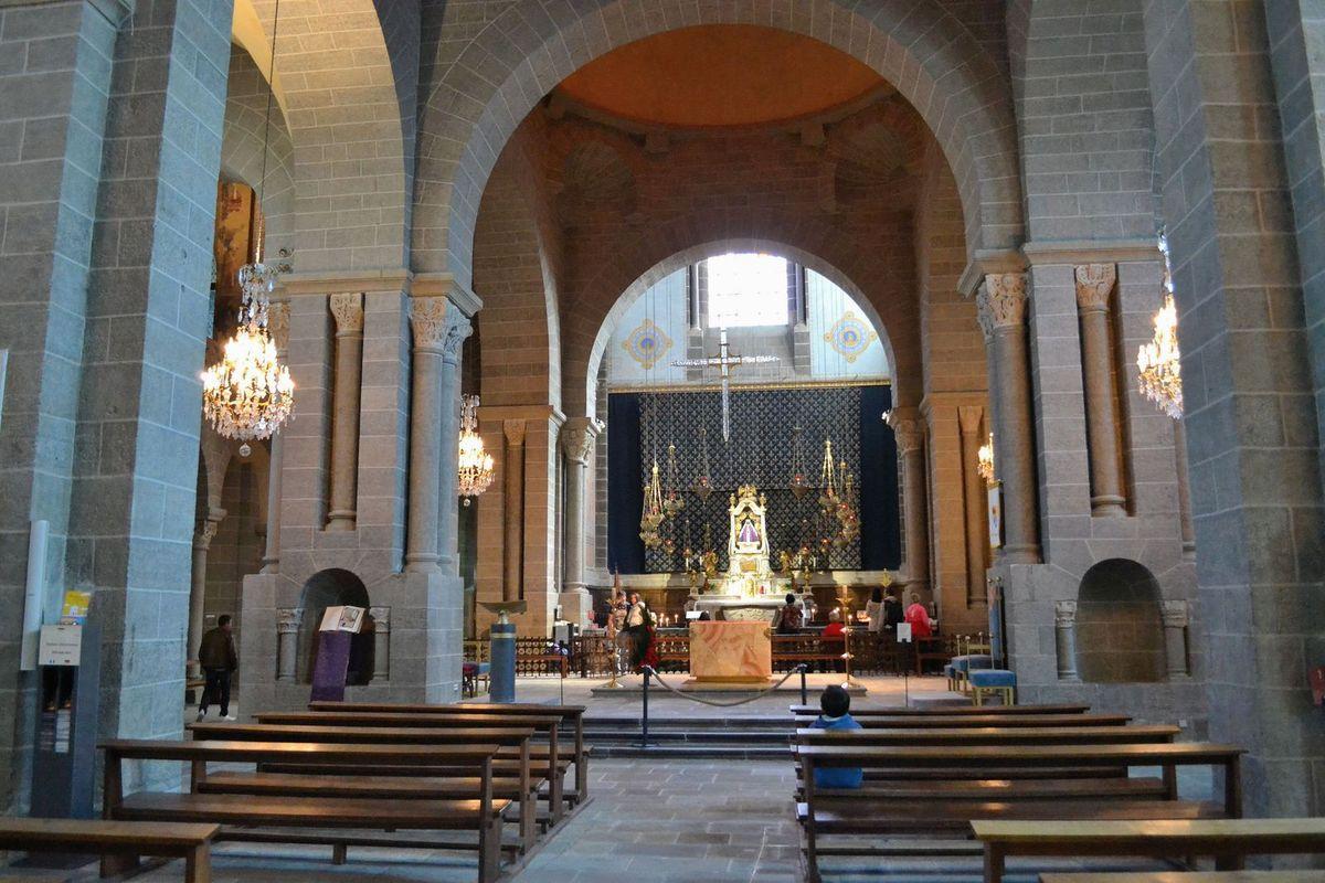 L'intérieur de la cathédrale Notre-Dame-de-L'Annonciation et sa Vierge Noire...