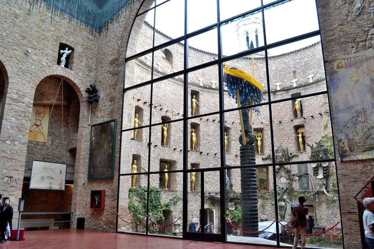 """Le grand hall lumineux du théâtre-musée Dali. Ci-dessus, le fameux """"Labyrinthe"""" de Dali..."""