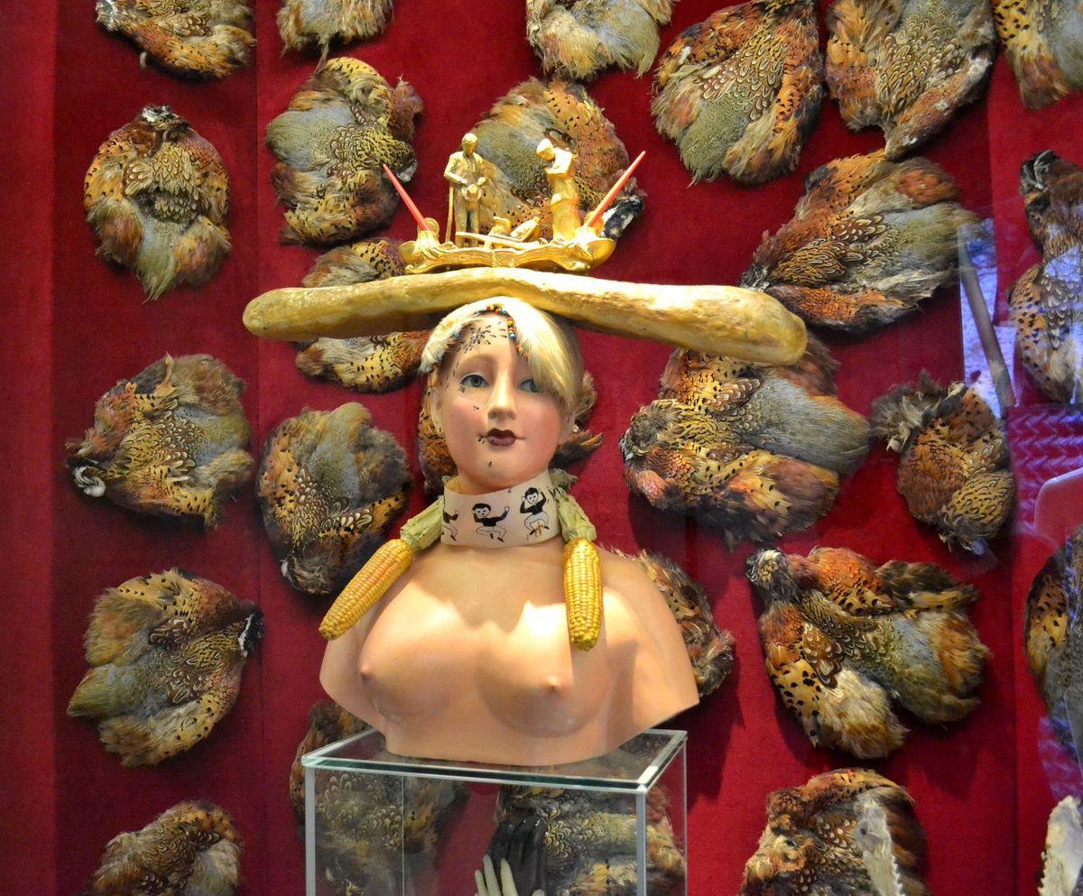 """Ci-dessus, le """"buste de femme rétrospectif"""" (1933). Dali orna cette sculpture féminine de certains de ses symboles les plus représentatifs, comme l'Angélus de Millet, la baguette et les fourmis... Ce buste est l'un de ses objets surréalistes les plus connus."""