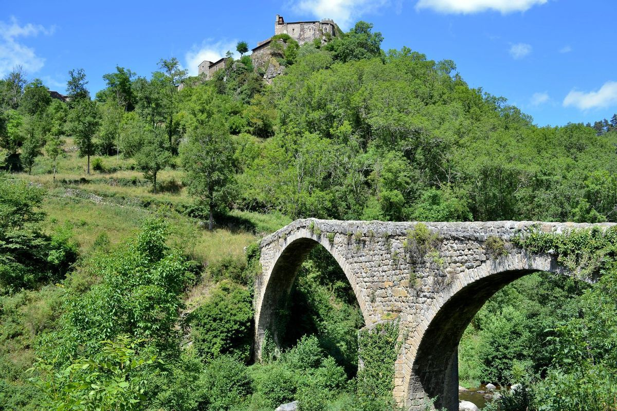 Le Pont du Diable de Chalencon en Haute-Loire... Saurez-vous me distinguer sur la photo ci-dessus? (c'est facile...)