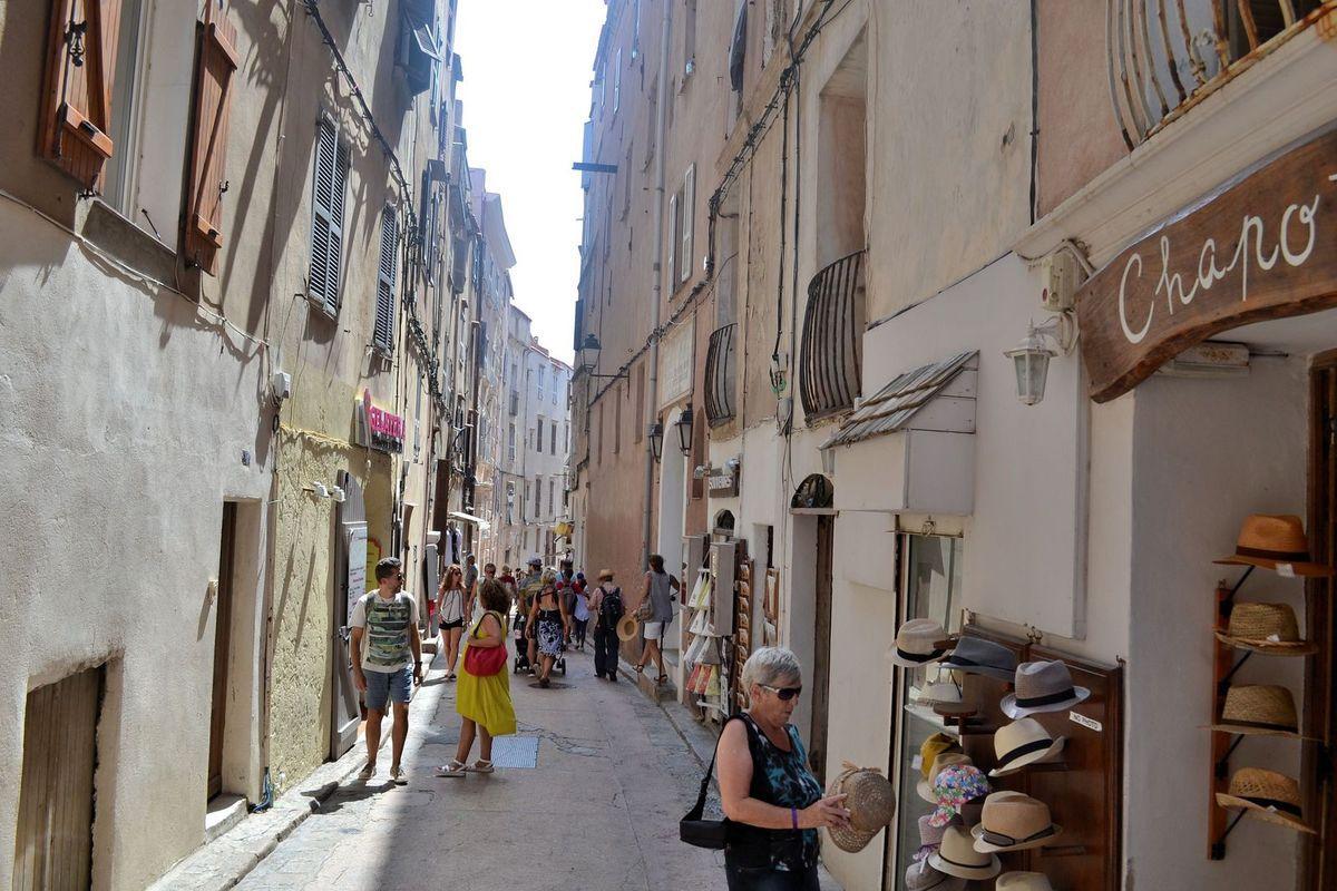 Les jolies petites rues anciennes et typiques de Bonifacio...