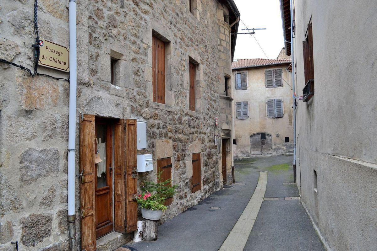 Promenade dans les petites ruelles moyenâgeuses de Saint-Pal-de-Chalencon en Haute-Loire...