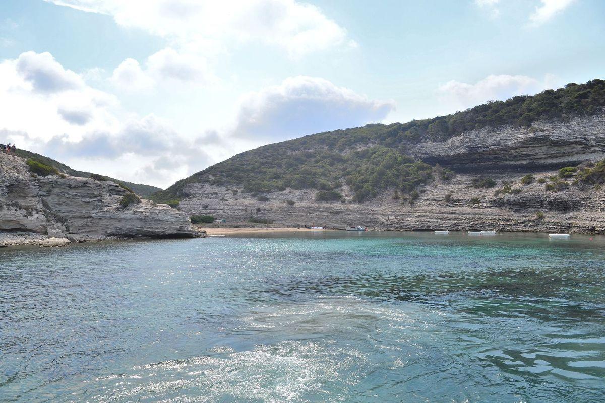 La jolie calanque de Fazzio, où des contrebandiers ont opéré pendant des centaines d'années, à l'abri des regards... On y accède par un petit chenal bordé de falaises calcaires absolument spectaculaires!