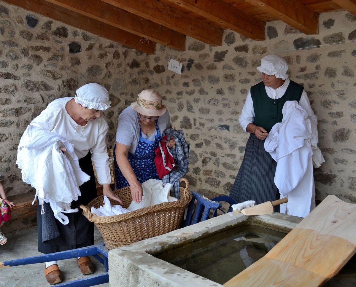 Les dames du village lavent le linge à l'ancienne...