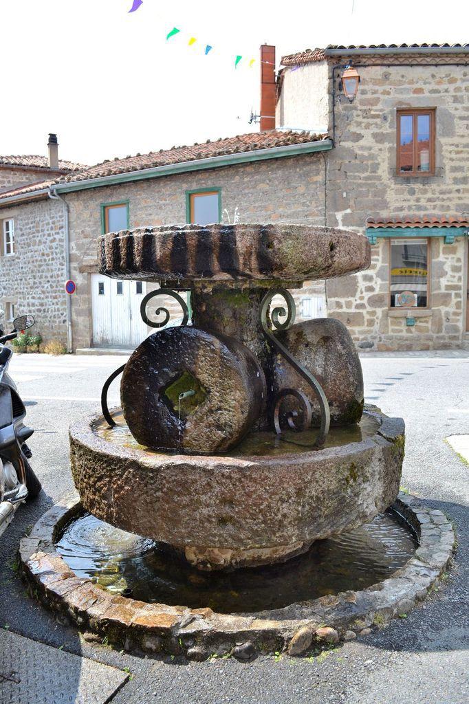 La Fontaine des Cinq Meules, érigée en 1969 à l'initiative du chanoine Elisée Tarit (et avec l'aide des habitants du village), poète et homme de foi né à Sauvain