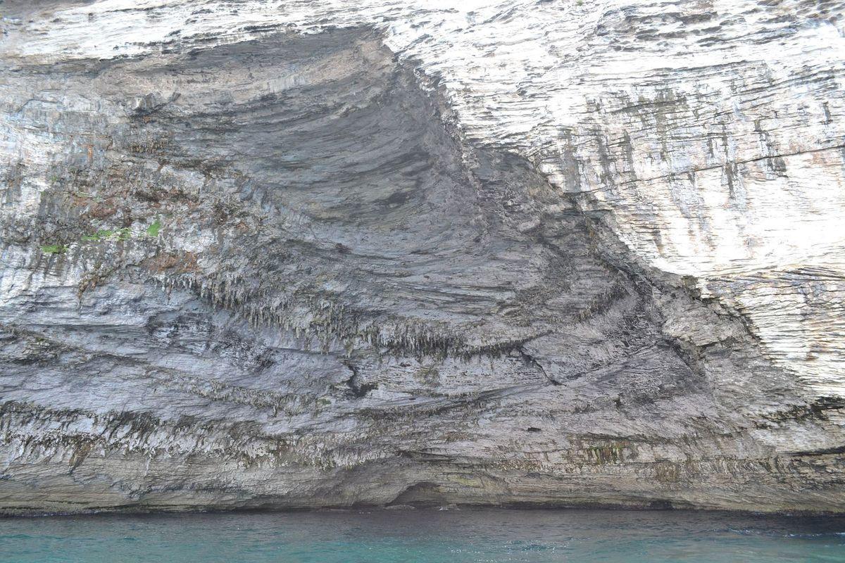"""Le phare de la Madonetta et la """"grotte de Napoléon"""", impressionnante avec ses nombreux stalactites..."""