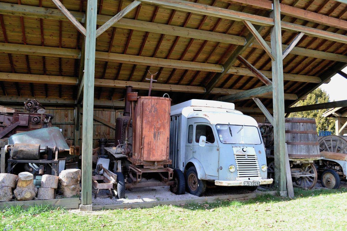Une remise de matériel agricole en plein air, je mourrais d'envie de monter sur le vieux tracteur de la photo ci-dessus, hi hi!!!