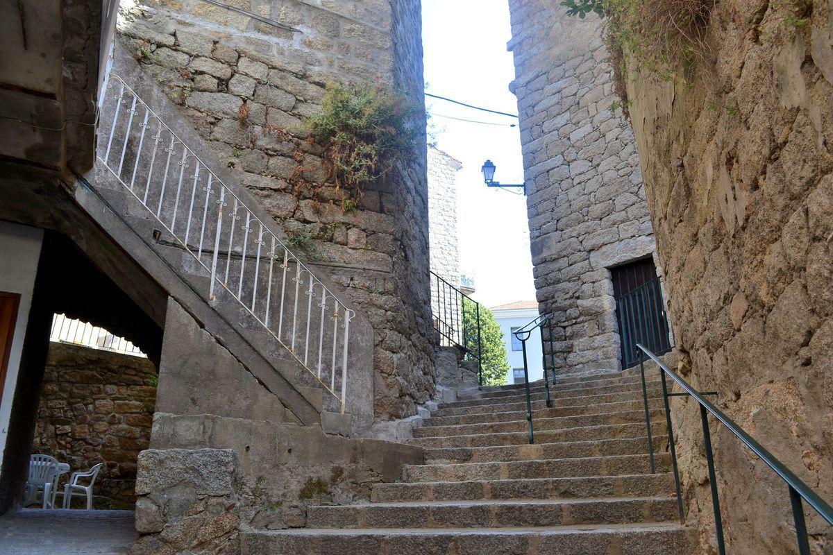 La rue des Voûtes à Sartène, passage très pittoresque et ancien ponctué de passages couverts qui m'ont vaguement fait penser aux traboules de ma ville d'origine: Lyon!