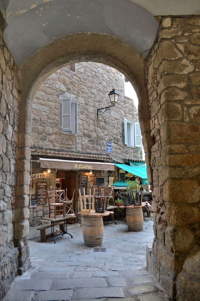 La vieille ville de Sartène, si typique avec ses façades en granit, ses ruelles pavées parsemées de petites boutiques vendant des produits locaux ou de restaurants... Une véritable plongée dans le temps!!!