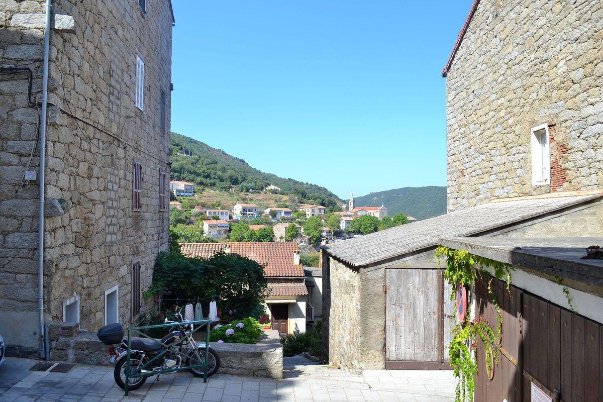Dans le labyrinthe des ruelles de la jolie petite ville de Sartène et magnifique panorama sur la vallée de Sartène...