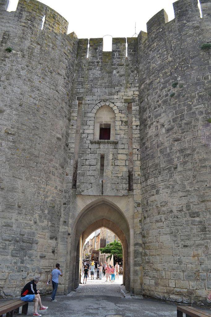 Arrivée à Aigues-Mortes, ville fortifiée, ceinte de remparts...