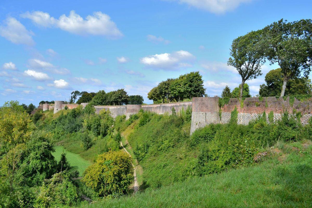 Sur les remparts de Montreuil-sur-Mer, classés aux Monuments Historiques depuis 1913. Commencés au 9ème siècle, ils sont renforcés au 13ème siècle...