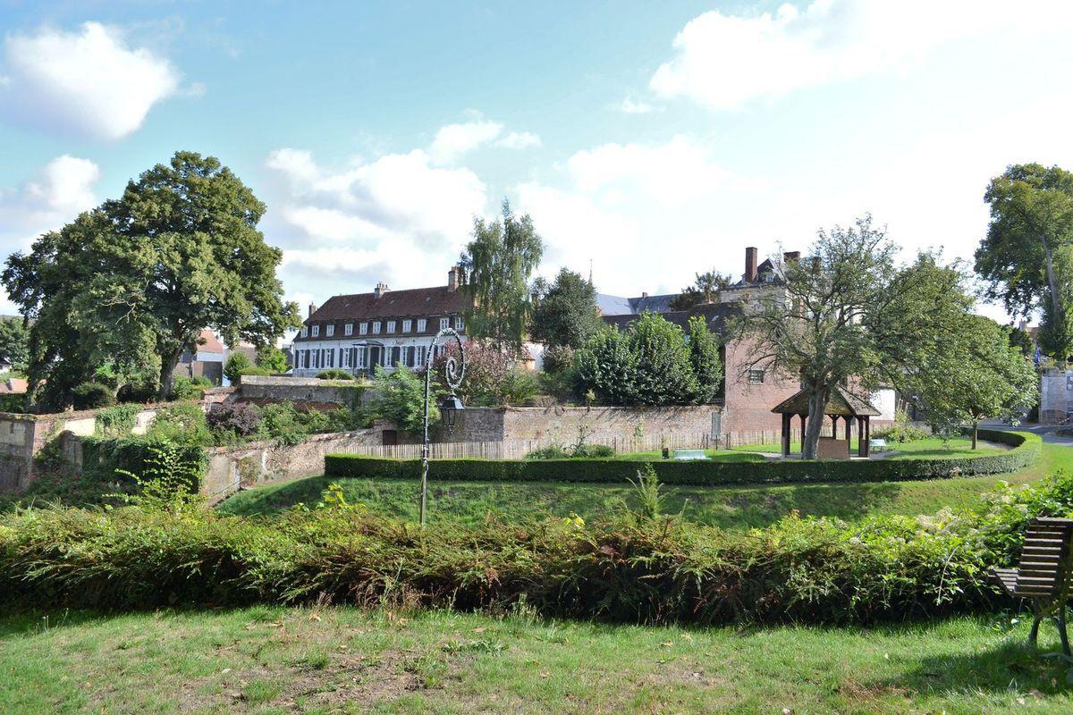 Promenade dans les jolies ruelles de Montreuil-sur-Mer et visite de l'abbatiale Saint-Saulve. Des documents attestent qu'au Xème siècle, une communauté religieuse occupe l'emplacement de cette abbaye. Les moines bretons de Landévennec qui se réfugient à Montreuil entre 913 et 926 obtiennent l'autorisation de construire un monastère patronné par leur saint fondateur, Guénolé. En 1111, les restes de Saulve arrivent à Montreuil et l'édifice change alors de nom et devient l'abbaye Saint-Saulve. Selon plusieurs historiens, les reliques transférées seraient celles de de l'évêque Saulve de Valenciennes assassiné en 701 mais les avis d'autres historiens divergent sur l'origine véritable de ce Saulve.