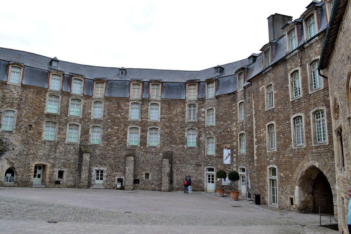 Le château de Boulogne-sur-Mer et sa cour intérieure...