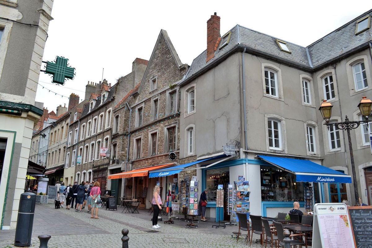 La Vieille Ville de Boulogne est ceinte de remparts et nous y sommes rentrés, mon Daddy et moi, par la Porte Neuve. Quatre portes représentent les seuls accès à ce si joli quartier. Les remparts de la cité boulonnaise ont été édifiés entre 1227 et 1231 et sont les mieux conservés du nord de la France. Une fois passés ces remparts, nous avons déambulé dans les jolies rues pavées, pour certaines piétonnières. Ci-dessus, le Beffroi de Boulogne qui est le monument le plus ancien de la ville (12ème siècle). Il a été classé au Patrimoine Mondial de l'humanité par l'UNESCO en 2005.