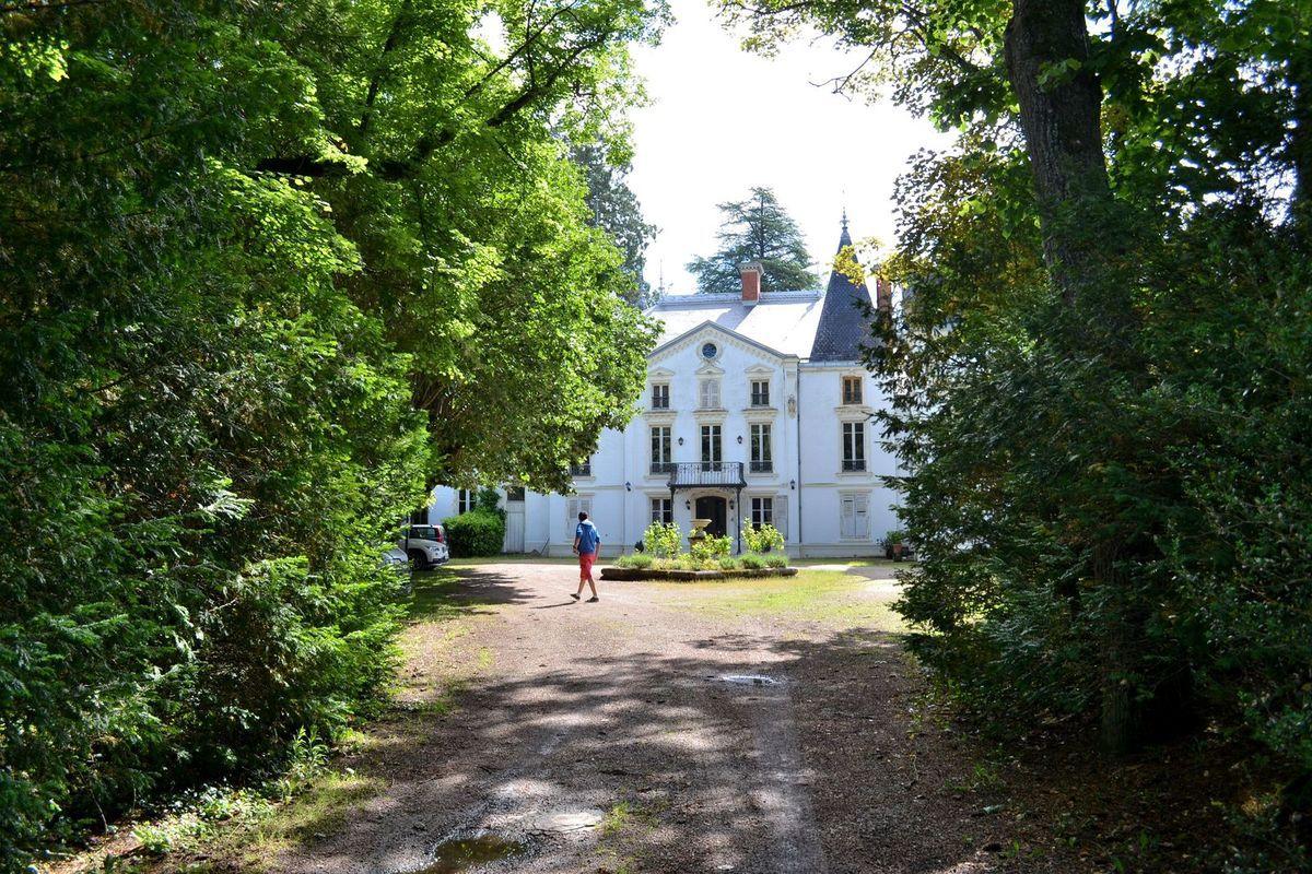 L'entrée du château, situé sur la commune de Noailly, dans la Loire...
